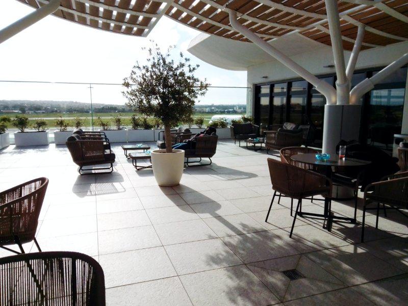 minimal traveler, malta airport, priority lounge003